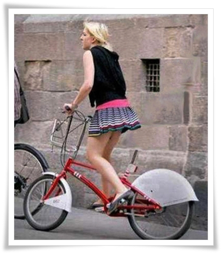 Chica Rubia en bici